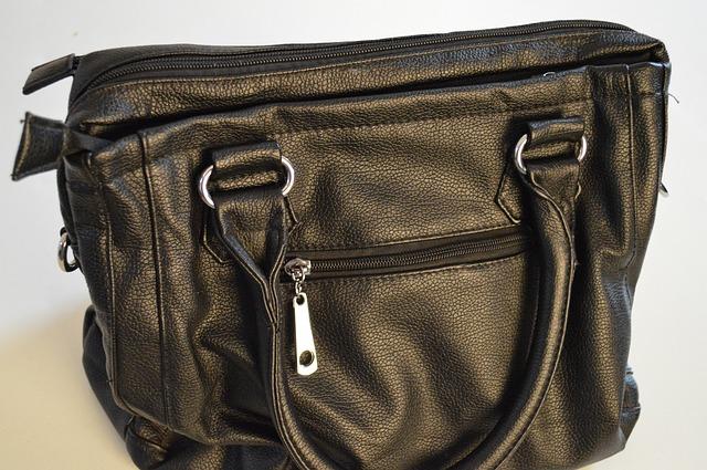 jedno z mnoha provedení praktické kožené černé kabelky