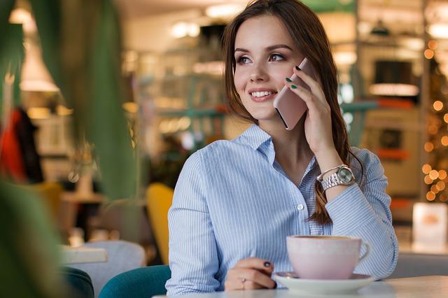 telefonující dáma v kavárně