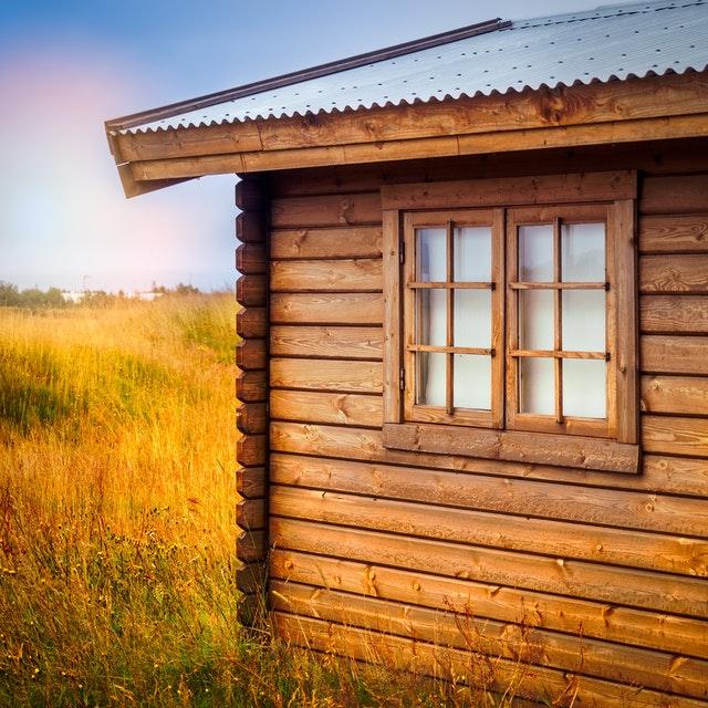 dřevěná chata na louce, okno