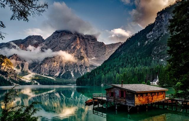 chata u jezera, hory